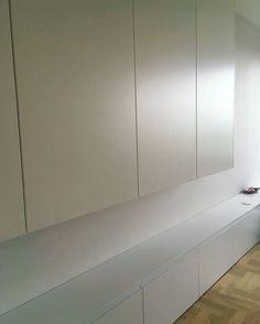 Pogoda niestety uległa pogorszeniu lecz takie są uroki jesieni Dziś jako inspirację mamy dla was szafkę Rtv z białymi matowymi frontami na 5 metrów. Pozostałe zdjęcia z tej realizacji znajdziecie tutaj i na facebooku. #szafka #szafa #wardrobe #cupboard #rtv #biel #white #mat #meble #nawymiar #furniture #wnętrza #interior #decor #design #mieszkanie #remont #inspiration #dom #home #homedecor #photooftheday #instasize #stolarz #mjakmieszkanie #warszawa #warsaw #poland Podoba się? bo nam bardzo
