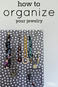 Do you find that your necklaces are in a jumbled mess? Here's a really simple DIY way to organize your jewelry and display it so that you can find everything. Clever Diy, Easy Diy, Simple Diy, Jewelry Organization, Organization Hacks, Organizing Ideas, Household Organization, Jewellery Storage, Jewellery Display