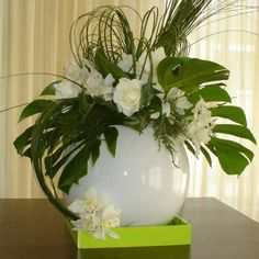 Frame Wall Decor, Frames On Wall, Colored Vases, Silk Flower Arrangements, Centre Pieces, Ikebana, Gifts For Family, Silk Flowers, Wedding Centerpieces