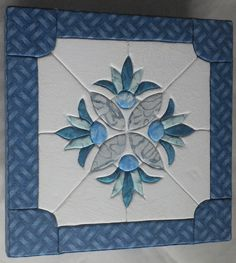 Feito por Applicando Patch Applique Patterns, Applique Quilts, Quilt Patterns, Japanese Quilts, Flower Quilts, Kokeshi Dolls, Craft Sale, Knitting Stitches, Craft Fairs