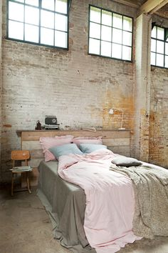 Check Out 20 Industrial Bedroom Designs. Industrial bedroom design is an urban signature that combines simplicity and authenticity. Industrial bedroom design incorporates utilitarian edge with rough textures and sometimes aged woods. Industrial Bedroom, Industrial Living, Industrial Style, Industrial Sheets, Design Industrial, Bedroom Loft, Home Bedroom, Bedroom Decor, Bedroom Sets
