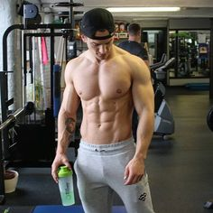 Advice on the best ways to build muscle will send you off in all kinds of directions, but here are two fundamental truths that cut through the BS. Male Chest, Hot Hunks, Muscular Men, Athletic Men, Male Physique, Gym Rat, Good Looking Men, Male Body, Academia