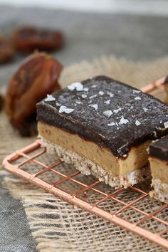The most deliciously guilt-free HEALTHY & RAW SALTED CARAMEL SLICE. Three layers bursting with an oozy caramel filling and topped with sea salt sprinkled chocolate. Raw Vegan Desserts, No Bake Desserts, Delicious Desserts, Dessert Recipes, Yummy Food, Vegan Treats, Salted Caramel Slice, Salted Caramels, Australian Food