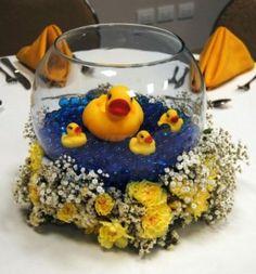 La decoración con patitos de hule o goma para la fiesta de baby shower sigue siendomuy popular. Y es que el color, brillante y llamativo del amarillo patito es festivo, sin dejar de ser tierno, ycombinamuy bien con cualquier otro color en los arreglos deunafiesta.