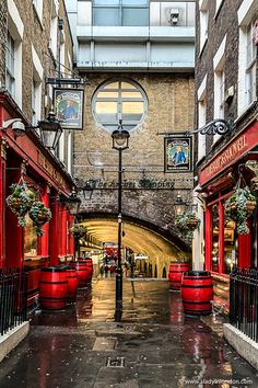 Historic Alley with Pubs in London : The best pubs in London come in all shapes and styles, and this guide will help you find the right one for your tastes and preferences. Pubs In London, London Places, Old London, Photos Of London, Level Design, Places To Travel, Places To Visit, London Blog, Best Pubs