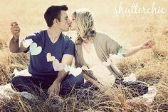 #ensaio #casal #namorados #plantação  #engagement #engaged #couple #kiss #garland #paper #hearts #meadow #field