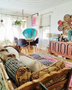 I couldn't let this #throwbackthursday pass without sharing this old shot of our living room. I loved this layout, but the sofa slid out of place often and really needed to be placed against a wall. Any other musical furniture players out there? . . #showmeyourboho #showmeyourstyled #pocketofmyhome #colourmyhome #styleithappy #mybohovibes #mybohoabode #howiboho #budgetboho #globaldecor #fabbohohome #howyouhome #bohoarders #apartmenttherapy #designsponge #sodomino #dslooking #budgetboho…