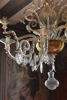 The beauty of crystal chandeliers - Belgian Pearls Belgian Pearls, Simple Interior, Simple Furniture, Beautiful Living Rooms, Practical Gifts, Decoration, Marie, House Design, Ceiling Lights