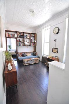 Una gran idea para acoplar un sofá con espacio para mis libros