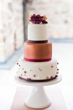 Kupfer trifft Beere, Sweet Candy Table Konzept mit passender Hochzeitstorte