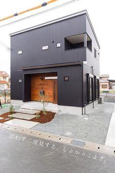 ①お金をかけて塗り壁にするにもかっこいい。 ②一方で、コストかけないなら、ガルバリウム(金属サイディング)外壁にするのも選択肢のひとつ◎ ③塗り壁にしても、ガルバリウムにしても塗り替えは必要ですね。 #ひまわり工房 #新築 #リノベーション #注文住宅 #新築一戸建て #住宅 #設計 #自由設計 #施工事例 #外観 #外壁 #自然素材 #木の家 #家づくり #住まい #間取り #設計図 #インダストリアル #マイホーム計画 #マイホーム #庭のある暮らし #Instahouse #姫路 #たつの #たつの市 #赤穂 #相生 #工務店 #有限会社ひまわり工房 Small House Exteriors, Black House Exterior, Exterior Siding, Dark House, My House, Container Buildings, Small Buildings, Japanese House, Modern House Design
