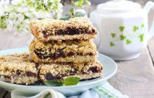 Another time-honoured classic, these are sure to become the standard by which all other date squares are measured. Blueberry Squares, Cheesecake Recipes, Dessert Recipes, Dessert Ideas, Date Squares, Stevia, Caramel Bars, Good Food, Yummy Food