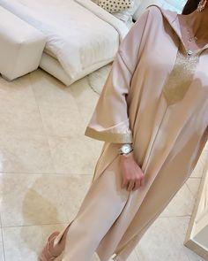 L'image contient peut-être : une personne ou plus Mode Abaya, Mode Hijab, Abaya Fashion, Muslim Fashion, Kaftan Gown, Sleeves Designs For Dresses, Afghan Dresses, Moroccan Caftan, Muslim Dress