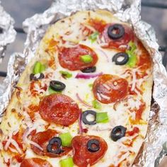 Grilled Pizza Bread Yes, you can make pizza over a campfire. Pizza Recipes, Grilling Recipes, Cooking Recipes, Pizza Snacks, Vegetarian Grilling, Healthy Grilling, Barbecue Recipes, Barbecue Sauce, Tasty Videos