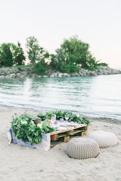 A picnic sounds like the perfect idea for a romantic getaway. Take a look at these romantic beach picnic ideas and get your inspiration! Romantic Picnics, Romantic Beach, Bohemian Beach, Romantic Dates, Romantic Getaway, Table Setting Inspiration, Beach Wedding Inspiration, Style Inspiration, Picnic Photography