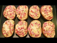 Пицца-бутерброды за 10 минут. Сочная начинка на хрустящем батоне. - YouTube Pizza Muffins, Russian Recipes, Bread Recipes, Baked Potato, Carne, Zucchini, Nom Nom, Sandwiches, Toast