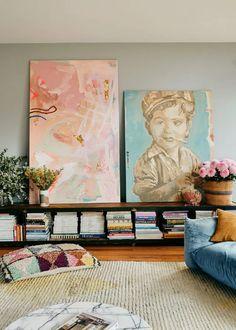 Ιδέες για αποθήκευση βιβλίων και πως να διακοσμήσεις τα ράφια σου Decor, Color, Armchair Vintage, Affordable Home Decor, Home Decor, Colourful Living Room, Tan Leather Couch, Small Vase, House Colors