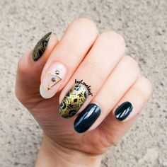 Easy green and gold nail art byLovebird  #greennails #green #stamping #notd #nails #nailart #emerald #gold #stampaholic #byLovebird #easynails #nailinspo #nailinpiration #stampingnails #darkgreen