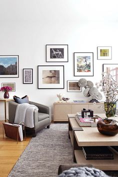 n+the+sitting+area,+Natalia+has+unified+myriad+pictures+in+various+styles+by+framing+them+in+black