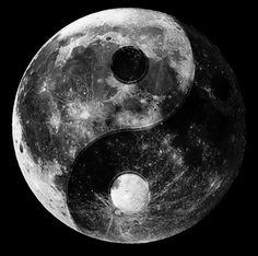 The yin yang moon. When i look up at the moon at night i can see a yin and yang symbol. Yen Yang, Ying Y Yang, Arte Yin Yang, Yin Yang Art, Yin Yang Tattoos, Jin Y Jan, Yin Yang Balance, My Sun And Stars, Art Graphique