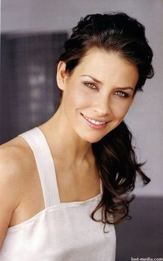 Evangeline Lilly is a very nice woman. Her natural hair color is light brown. Evangeline Lilly was born in Her green eyes and white skin. She prefers brown hair colors. Chocolate brown-Ombre, and light brown hair color. Beautiful Eyes, Most Beautiful Women, Beautiful People, Beautiful Celebrities, Beautiful Actresses, Nicole Evangeline Lilly, Tauriel, Actrices Hollywood, Pretty Woman