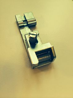 So Popo Sew: Zo'n overlock: wat doet dat nu eigenlijk! Overlock Machine, Usb Flash Drive, Sewing, Fashion Styles, Kunst, Dressmaking, Couture, Stitching, Sew