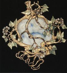 """Рене Лалик (1860-1945) - Кулон """"Поцелуй"""". Золото, резьба по кости, эмаль, бриллианты,1900 г."""