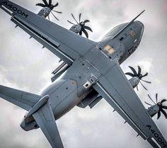 El Airbus A400M Atlas, apodado Grizzly durante la fase de prueba en vuelo, es un avión de transporte militar de largo alcance y avión cisterna propulsado por cuatro motores turbohélice.