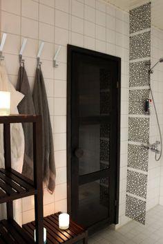 Classy, Modern Sauna and Shower Finland White Tiles, Bathroom, Modern Saunas, Beautiful Homes, Bathroom Decor, Home, Framed Bathroom Mirror, Black Doors, Portable Steam Sauna