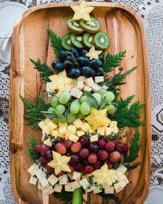 Christmas Party Table, Christmas Snacks, Christmas Brunch, Xmas Food, Christmas Appetizers, Christmas Cooking, Christmas Cheese, Christmas Diy, Christmas Entertaining