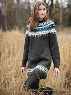 VARDETUNIKA Garnpakker XS-XXL i Finullgarn fra Rauma Garn Fair Isle Knitting Patterns, Knit Patterns, Sweater Knitting Patterns, Cold Weather Dresses, Icelandic Sweaters, Poncho, Sweater Fashion, Knit Dress, Hand Knitting