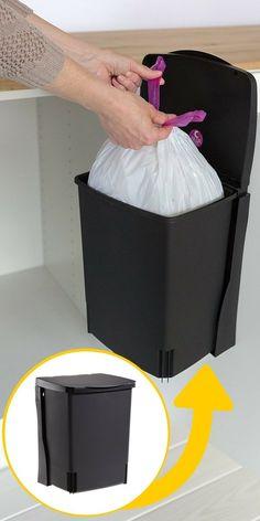 Poubelle de placard pour gagner de la place dans une petite cuisine http://www.homelisty.com/solutions-petite-cuisine/