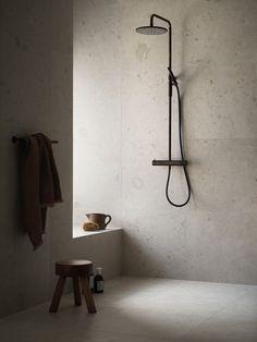 Bricmate J Norrvange Ivory är en granitkeramik i varm jordnära kulör med matt yta. Mycket naturtrogen, detaljerad och rik på variation med fossilliknande och naturliga detaljer. Inspirerad av den gotländska kalkstenen med samma namn. Minimal Bathroom, Beige Bathroom, Bathroom Inspo, Bathroom Design Inspiration, Modern Bathroom Design, Bathroom Interior Design, Scandinavian Bathroom Inspiration, Style Inspiration, Deco Addict