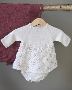 Neste uke lanseres #babystrikk heftet vårt, med bl.a #emmakjolebody og #høstteppe :) Gøy! #klompelompe Emma dress and our fall blanket from the babyknit booklet we are working on :)