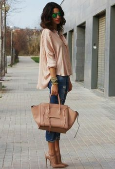 I like the result of the contrast between the large blouse and the tight jeans. The heels are perfect, and the Céline bag too. This outfit is perfect for the daytime, and with another bag (maybe a smaller one) even for the night, for example for an informal dinner. Absolutely IN.