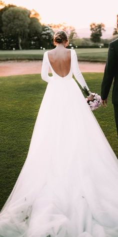 White bride dresses. Brides dream about having the most suitable wedding, but for this they need the ideal wedding dress, with the bridesmaid's dresses enhancing the brides-to-be dress. These are a number of ideas on wedding dresses.