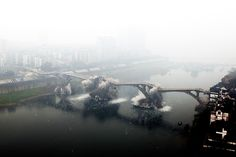 2009.01.05 - The Fujiang River Bridge in China is demolished to make way for bigger ships to pass. The bridge opened in 1971. (Agence France-Presse/Getty Images)