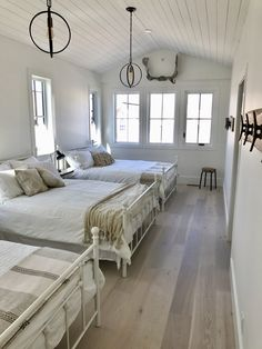 Modern farmhouse look combines the traditional with the new for a peaceful, airy, welcoming feel. Here are some superb farmhouse bedroom photos to inspire you. Farmhouse Style Bedrooms, Modern Farmhouse, Narrow Rooms, Bunk Rooms, Home Bedroom, Bedroom Photos, Girls Bedroom, Guest Bedrooms, Modern Room