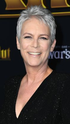 Jamie Lee Curtis attends the premiere of Knives Out on November 2019 in Westwood, California. Super Short Hair, Short Hair Cuts, Short Hair Styles, Christmas With The Kranks, Cute Short Haircuts, Jamie Lee Curtis, Mom Hairstyles, Bleached Hair, Sexy Older Women