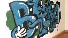 Niina Mantsisen Softcore-tekstiilitaidenäyttelyssä ryijyt yhdistyvät graffiteihin.