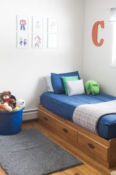 Find out about getting the right timing to switch from toddler crib and more DIY toddler bed ideas which suits your needs. Toddler Floor Bed, Toddler House Bed, Diy Toddler Bed, Cute Room Decor, Girl Decor, Crib Mattress, Crib Bedding, Comforter, Toddler Platform Bed