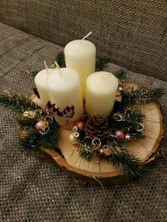 Christmas is coming soon so its time to start making some easy and fun Christmas decorations like these awesome table centerpieces Christmas Candle, Christmas Wood, Christmas Time, Christmas Wreaths, Christmas Crafts, Christmas Ornaments, Snowman Crafts, Simple Christmas, Deco Table Noel