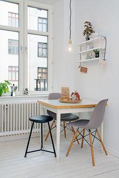 Eames Plastic Side Chair DSW. Zu frischem, hell erleuchteten Weiß passen perfekt die schicken grauen Eames Chairs mit ihrem hölzernen Gestell: http://www.ikarus.de/eames-plastic-side-chair-stuhl-dsw-kunststoffgleiter.html