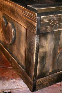 Старинный деревенский деревянный Сундук в русском стиле, сделанный `под старину` из состаренных сосновых досок. Этно предмет интерьера, приятный на ощупь, с запахом настоящего  лесного дерева.