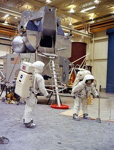Lyndon B. Johnson Space Center - Wikipedia, the free encyclopedia
