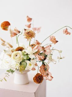 The most stunning modern, romantic & abstract wedding ideas Modern Floral Arrangements, Wedding Arrangements, Floral Centerpieces, Flower Arrangements, Centrepieces, Tall Centerpiece, Centerpiece Wedding, Floral Wedding, Wedding Flowers