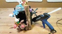 Nesting box - done with my kids: 5 old DVD cases glued and decorated with toys. MAKE YOURSELF AT HOME!  Nistkasten für Vögel: DIY Projekt mit meinen Kindern. 5 leere DVD Hüllen zusammengeklebt und mit Spielzeug dekoriert (die Jungs haben bestimmt ;-) Herzlich willkommen im neuen Heim!