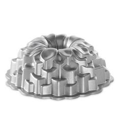 Nordic Wares exclusive heavy cast aluminum Blossom Bundt Cake Pan provides superior baking performance. Baked goods rise evenly, cook uniformly, and are finely detailed thanks to the excellent conduct