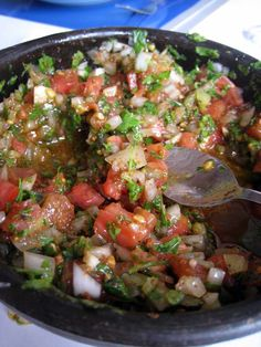 Hoy aprendemos a realizar la salsa pebre, un plato típico chileno, pero en su versión de marihuana, de la mano de Paty en Cocina Feliz.