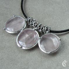 """Něžná trojice - Růženín Originální Autorský šperk """"Něžná trojice - Růženín"""" POPIS:Šperk je vyroben z něžně růžových Růženínků. Kameny jsou čiré s krásně viditelnou strukturou kamene, s přirozenými mlhovinkami a bublinkami uvnitř. Jsou zcela hladké a lesklé. Vše je vyrobeno ručně, bez bižuterních komponentů či odlitků. Náhrdelník je ..."""